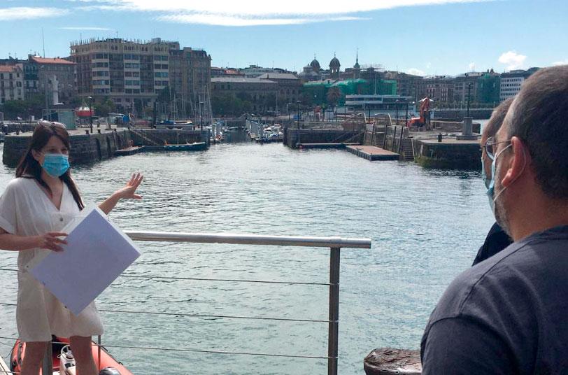 Imagen de una mujer haciendo de guía en el puerto