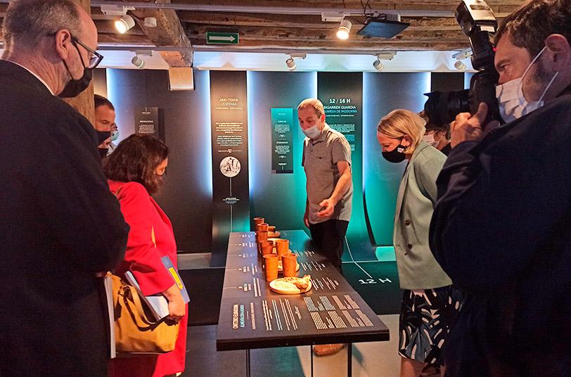 foto de una visita comentada a la exposición 24H