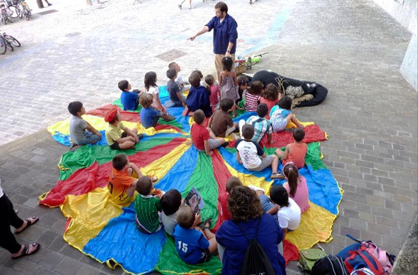 Grupo de educación infantil durante un taller celebrado en el exterior del Museo